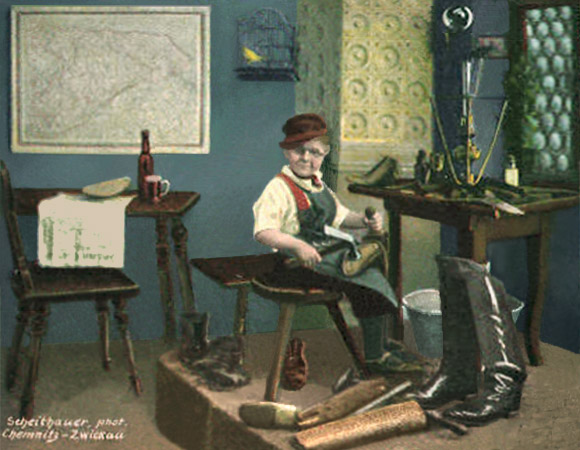 koloriertes Foto: kleiner Junge mit Nickelbrille bei er Arbeit