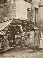 sw Foto: kleiner Laden mit einheimischer Schuhmachern mit Zeltvordrach