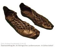 Farbfoto: archäologischer Bundschuh-Fund