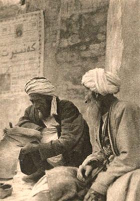 sw Foto: zwei alte Straßenschuster mit Turban vor Mauer am Boden sitzend