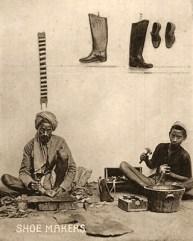 sw Foto: ein älterer und ein jüngerer Schuster arbeiten am Boden sitzend - 1920