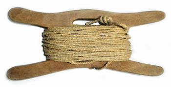 alte Wäscheleine auf eine hölzerne Spindel aufgewickelt