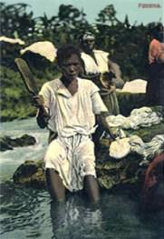 koloriertes Foto: Wäscherinnen am Fluss mit Wäscheklopfer