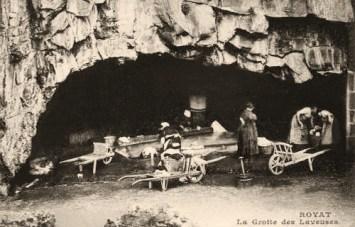 sw Foto: Waschplatz an einer Quelle in einer Felsengrotte
