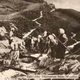 sw Foto: Frauen beim gemeinsamen Wäschewaschen an einem Gebirgsbach - Galizien, um 1900