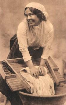 Foto: freudiges Waschmädchen mit Wäsche am Waschbrett