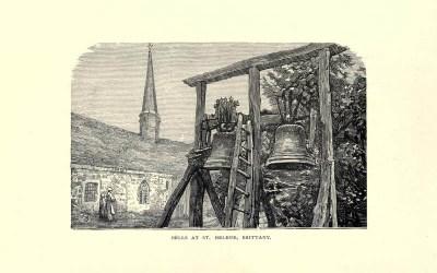 zwei große Glocken am Holzständer