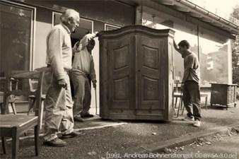 sw Foto: ein großer Schrank und andere Antiquitäten werden ins Lager gebracht