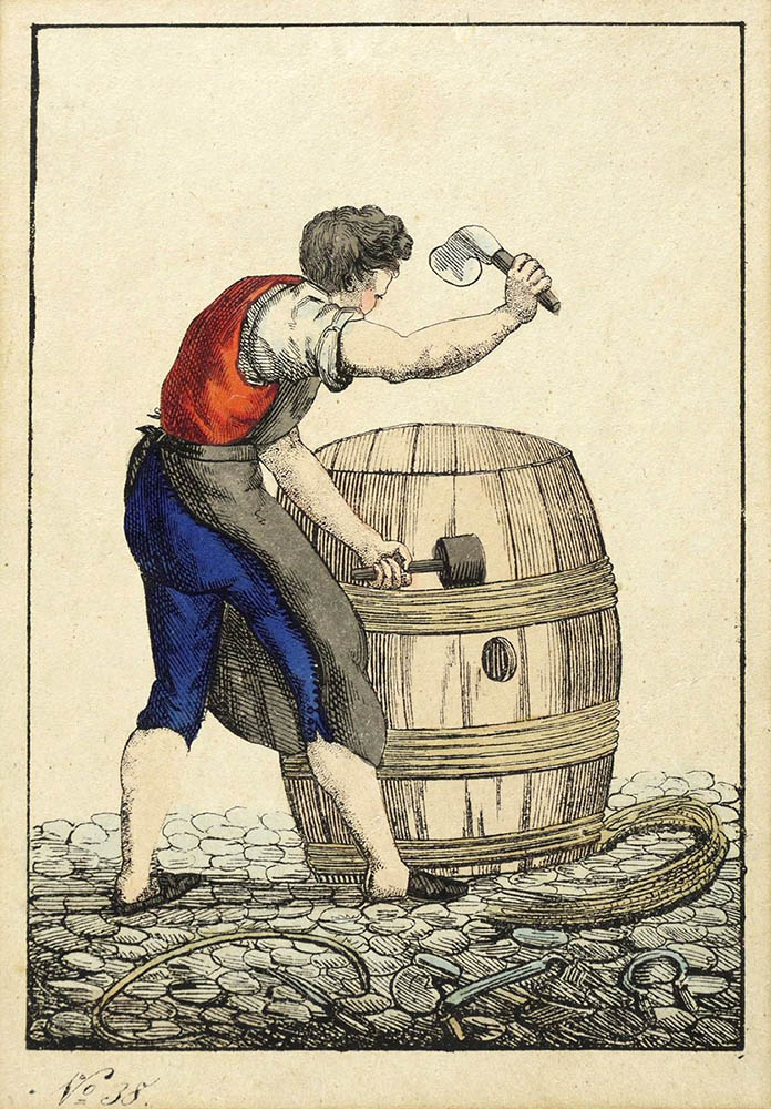 Handwerker arbeitet an einem Holzfass