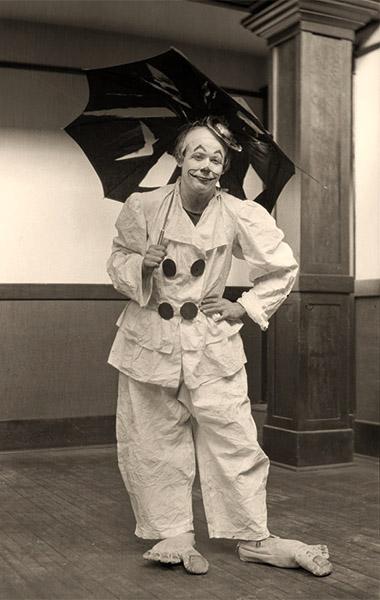 sw Foto: Clown mit riesiegen Filzfüßen und kaputten Regenschirm