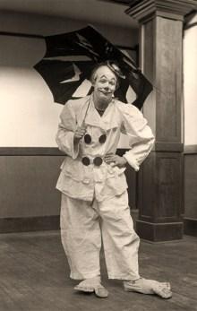 sw Foto: Clown mit riesiegen Filzfüßen und unbrauchbarem, kaputten Regenschirm - 1912