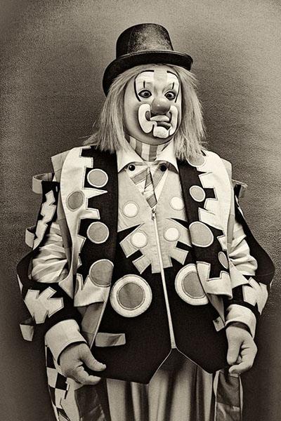sw Portraitfoto: Spaßmacher in gemustertem Kostüm