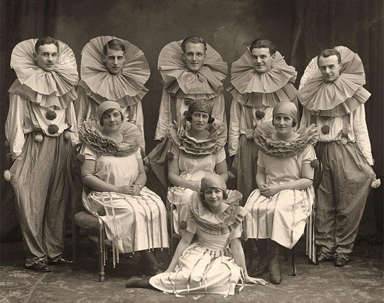 sw Gruppenfoto: gemischte Clowntruppe