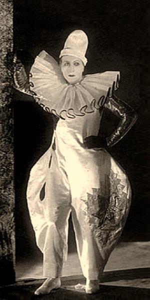 sw Foto: Theaterclown in Pumphosen und mit großer Halskrause