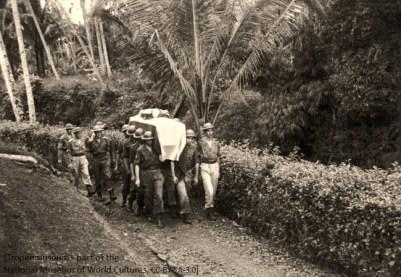 sw Foto: Militäs als Sargtäger in den Tropen