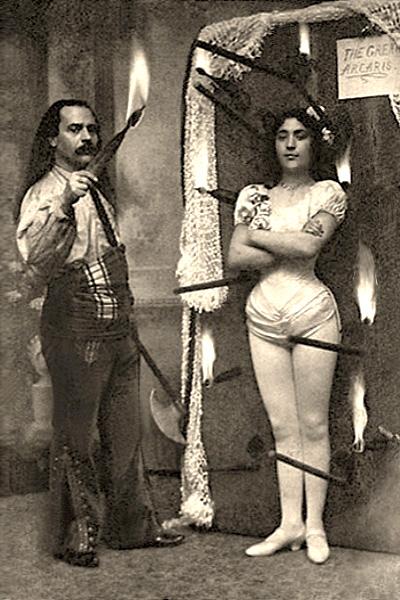 sw-Foto: amerikanisches Messerwerferpaar in Pose