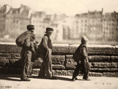 sehr frühes sw Foto: 3 junge Lumpensammler im Gänsemarsch - 1852