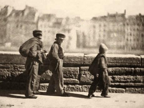 sw-Foto: 3 junge Lumpensammler im Gänsemarsch - 1852