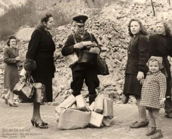 sw Foto: Paket- und Briefzusteller vor Trümmerberg