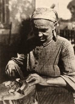 sw Foto: ältere Reifentiermacherin bei der Arbeit - frühes 20. Jh