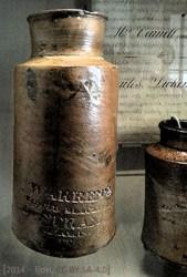 Farbfoto: alte Steingutflaschen für Flüssigwichse