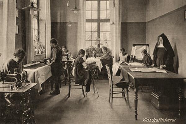 sw Foto: Nonne beaufsichtigt junge Mädchen und Frauen beim Wäscheflicken - 1890