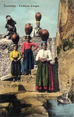 Postkarte: Wasserträgerinnen mit hohen Steingutgefäßen auf ihrem Kopf