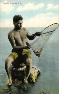 kolorierte Postkarte: Mann sitzt in kurzer Hose auf Stein mit Netz in der Hand