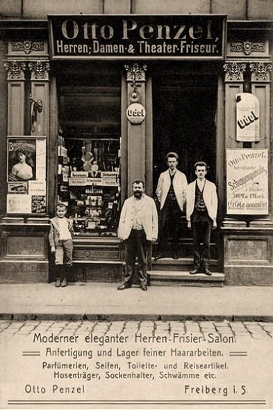 sw Foto-Werbekarte: Portraitaufnahme dreier Friseure vor dem Geschäft - 1903