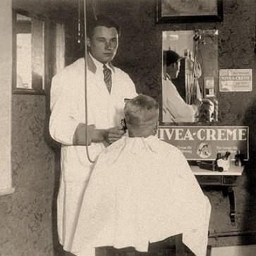 sw Foto: Herr wird mit elektrischem Haarschneider bearbeitet - 1949