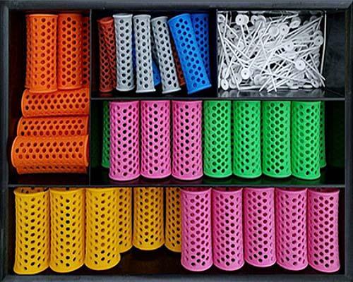 Farbfoto: Wicklern in verschiedenen Größen und Farben + Befestigungssticks aus Kunststoff