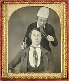 sw Daguerreotype in Goldrahmen: Barber mit Schere und Bürste hinter Kunde stehend - 1850, USA