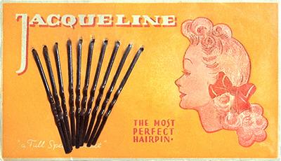 farbig bedrucktes Pappkärtchen mit Haarklemmen - 1940