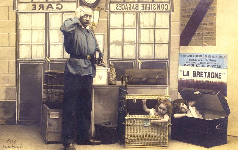 kolorierte PK: Gepäckträger vor gestapeltem Reisegepäck