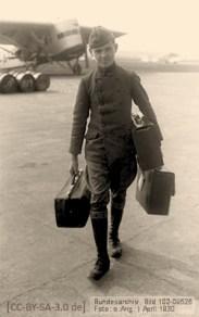 sw Foto: Flugzeugboy transportiert Handgepäck von Reisenden