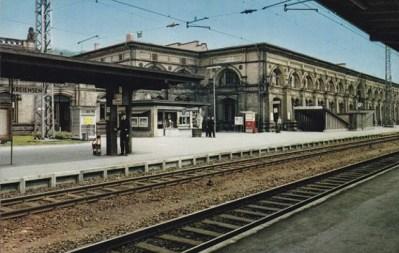 Farbfoto: wartende Gepäckträger auf dem Bahnsteig