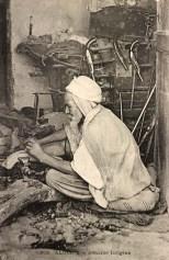 altes sw-Foto: Mann schmiedet im Sitzen