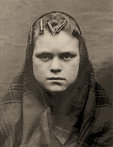 sw Foto: Frau mit Aluminiumwicklern und Kopftuch - 1903