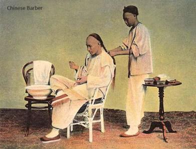 kolorierte Postkarte: Chinese lässt sich Nackenzopf flechten - 1910