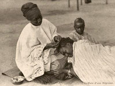 sw Postkarte: Afrikanische Frau knüpft einer anderen eine Zopffrisur - 1914, Afrika