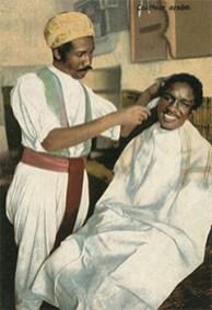 kolorierte Postkarte: Araber mit Turban kürzt Kraushaar eines Kunden - 1918, Nordafrika