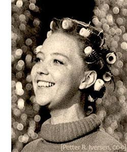 Friseur - 1974, Norwegen - Sangerinne Grethe Kausland, Generalprøve med Hårrulls [Petter R. Iversen, CC-0]