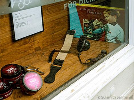 Farbfoto: unter diverse Schaufensterauslagen ein altes DDR-Friseurspiel