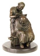 kleine Skulptur: lustiger, auf Schubladenschemel sitzender Chinese lässt sich den Kopf rasieren