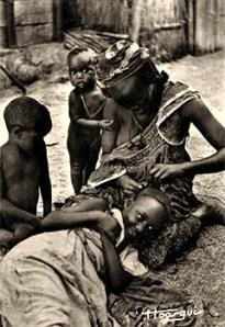 sw Postkarte: Afrikanerin macht einem Mädchen Kopfzöpfe - 1910