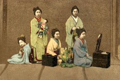 kolorierte Postkarte: Chinesin macht Frauen das Haar zurecht - 1910