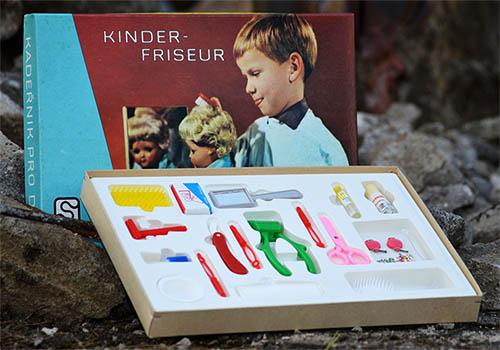 Farbfoto: kleine Friseurgerätschaften aus Plastik in Verpackung - 1970, DDR