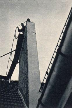 sw-Foto: Kaminfeger lässt Besen in den Schornstein gleiten