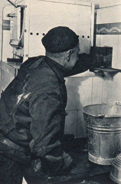 sw-Foto: Schornsteinfeger überprüft Küchenherd