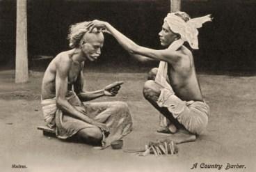 sw Postkarte: Dorfbarbier rasiert einem Mann den Schädel - 1920